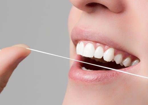 Mit Zahnseide zu besserer Mundhygiene